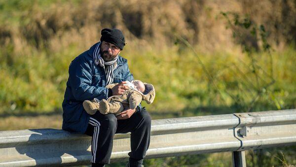 Refugiados en la frontera con Austria - Sputnik Mundo