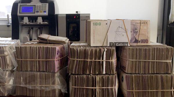 Pesos argentinos en una casa de cambios en Buenos Aires - Sputnik Mundo