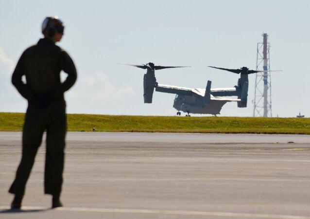 Un helicóptero de FFAA de EEUU en la base militar en Okinawa