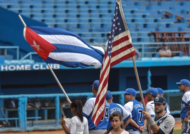 Un partido de béisbol entre los equipos de EEUU y Cuba en La habana