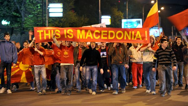 Grupo de jóvenes con carteles y banderas de Macedonia durante una protesta en Skopie - Sputnik Mundo