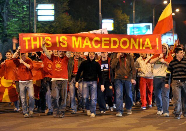 Grupo de jóvenes con carteles y banderas de Macedonia durante una protesta en Skopie