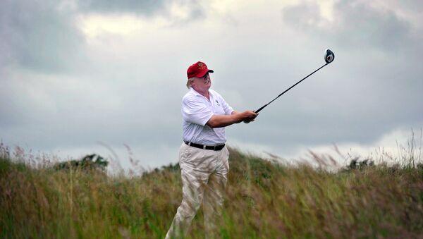 Donald Trump en su complejo de golf en la costa noreste de Escocia - Sputnik Mundo