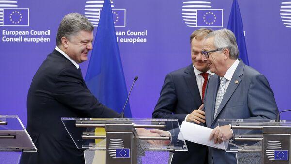 Presidente de Ucrania, Petró Poroshenko, presidente del Consejo Europeo, Donald Tusk  y presidente de la Comisión Europea, Jean-Claude Juncker - Sputnik Mundo