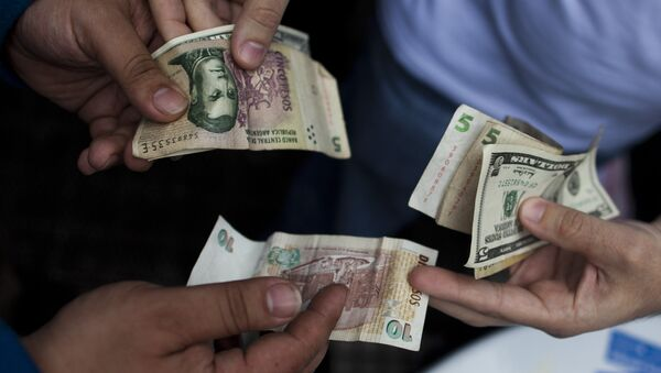 Peso argentino y dólar estadounidense (imagen referencial) - Sputnik Mundo