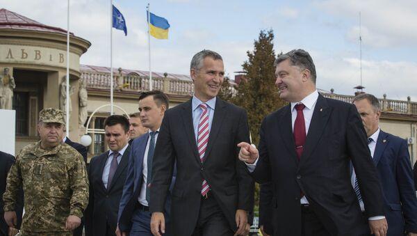 Secretario general de la OTAN Jens Stoltenberg y presidente de Ucrania Petró Poroshenko - Sputnik Mundo