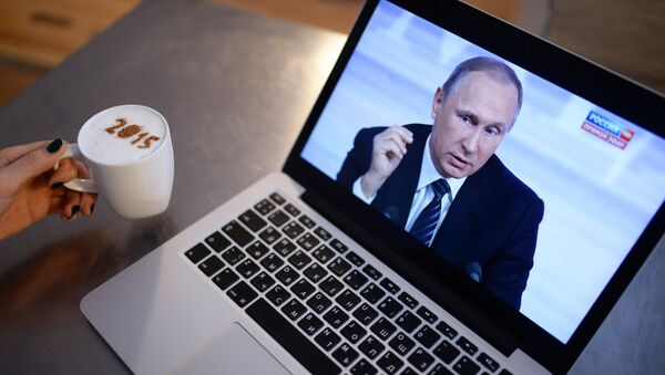 Una imagen de Vladímir Putin, presidente de Rusia, en la pantalla de laptop - Sputnik Mundo