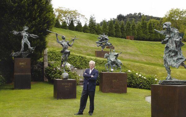 Juan González-Quirós y Corujo, conde de La Carrera, con las esculturas de Salvador Dalí - Sputnik Mundo