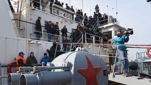 Periodistas a bordo del crucero Moskva - Sputnik Mundo
