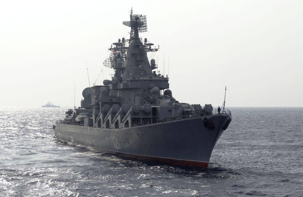 Visita de periodistas extranjeros al crucero portamisiles Moskvá