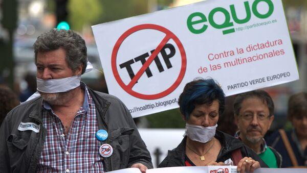 Protesters take part in demonstration against Transatlantic Trade and Investment Partnership (TTIP) in Madrid  (File) - Sputnik Mundo