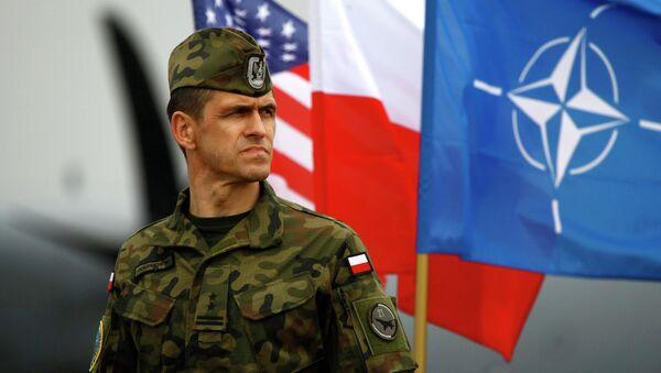 Soldado polaco cerca de banderas de Polonia y OTAN - Sputnik Mundo