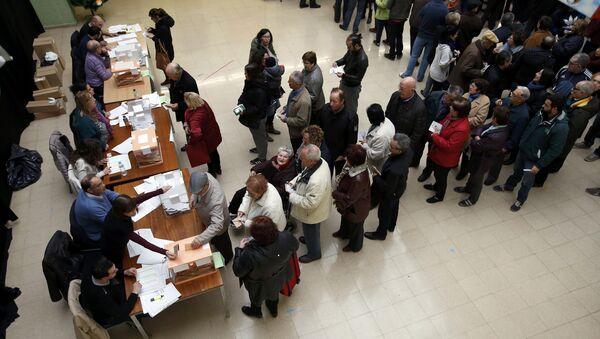 Los ciudadanos en un local de votación durante las elecciones en Barcelona - Sputnik Mundo