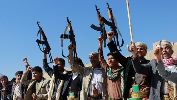 Supporters of Shiite Huthi rebels and militiamen shout slogans raising their weapons during a rally against the Saudi-led coalition - Sputnik Mundo