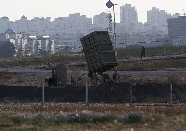 Un lanzador móvil del sistema Cúpula de Hierro desplegado cerca de Ashdod (Archivo)