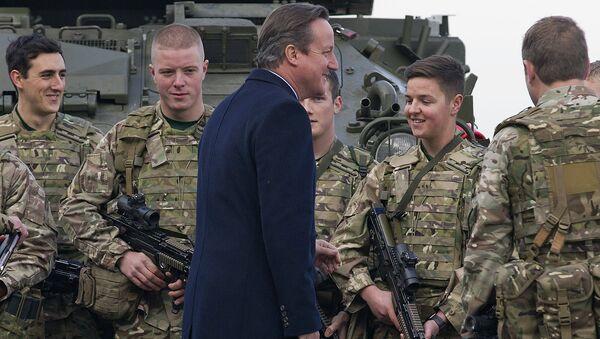 David Cameron, el primer ministro del Reino Unido, habla con los infantes de marina del Ejército británico (archivo) - Sputnik Mundo