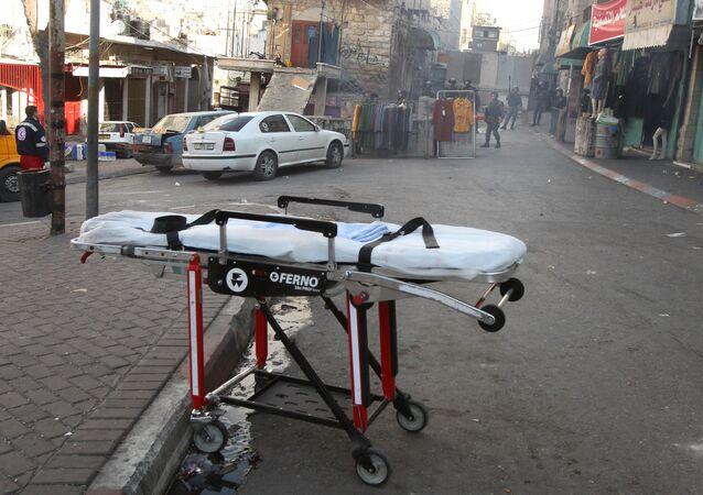 Una camilla cerca del lugar donde una mujer palestina intentó acuchillar a soldados israelí en Hebrón