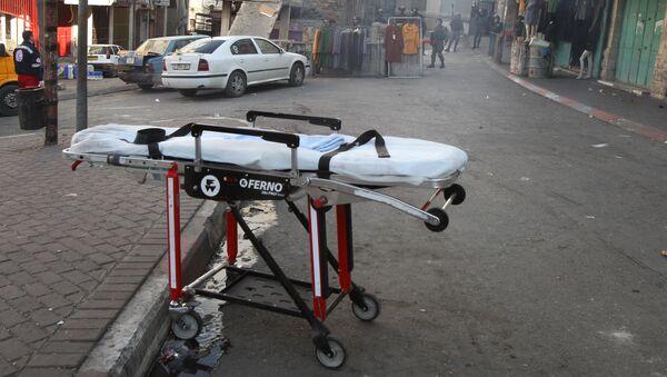Una camilla cerca del lugar donde una mujer palestina intentó acuchillar a soldados israelí en Hebrón - Sputnik Mundo