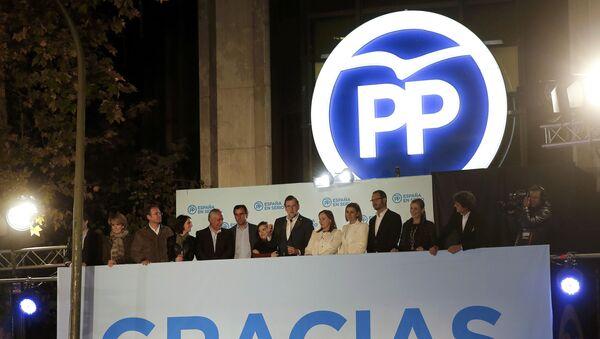El primer ministro de España y el candidato del Partido Popular Mariano Rajoy dirigiéndose desde el balcón de la sede con los miembros del partido. El 21 de diciembre del 2015 - Sputnik Mundo