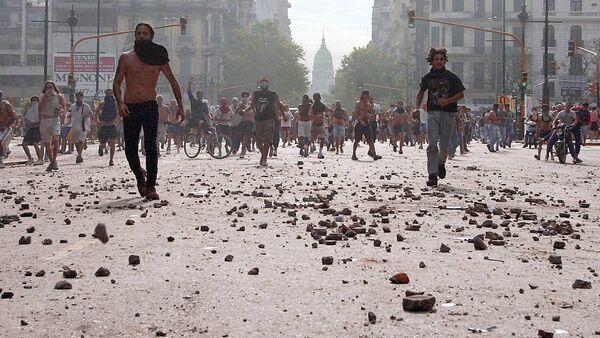 Manifestantes durante protestas contra el presidente argentino Fernando de la Rúa en Buenos Aires - Sputnik Mundo