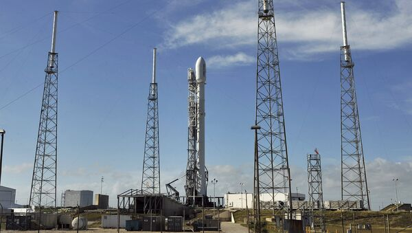 The SpaceX Falcon 9 rests on its launch pad at the Cape Canaveral Air Force Station on the private company's first mission since a June catastrophic failure in Cape Canaveral, Florida - Sputnik Mundo