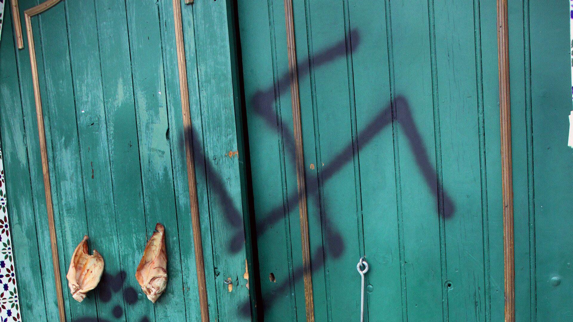 Xenophobic neo-nazi propos were spray-painted on the wall - Sputnik Mundo, 1920, 04.03.2021