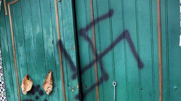 Xenophobic neo-nazi propos were spray-painted on the wall - Sputnik Mundo