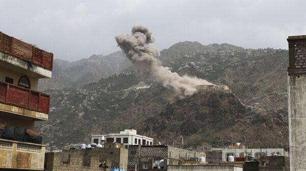 El humo sobre un pueblo de Yemen - Sputnik Mundo