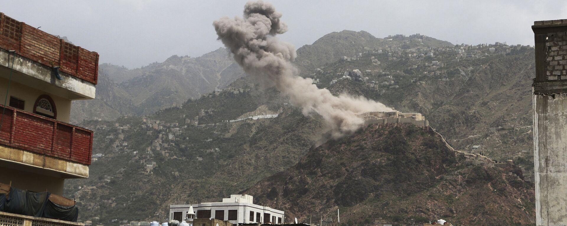 El humo sobre un pueblo de Yemen - Sputnik Mundo, 1920, 26.05.2021