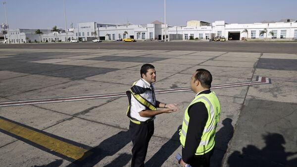 Empleados del aeropuerto egipcio de Sharm el Sheij - Sputnik Mundo