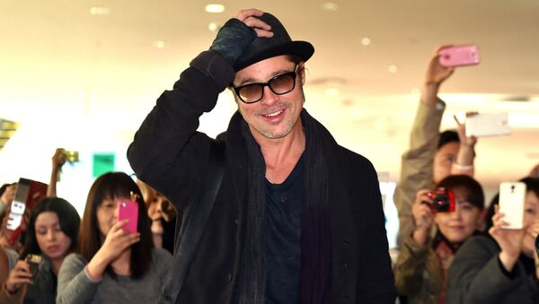 US actors Brad Pitt reacts to Japanese fans upon his arrival at the Haneda airport in Tokyo on November 14, 2014 - Sputnik Mundo
