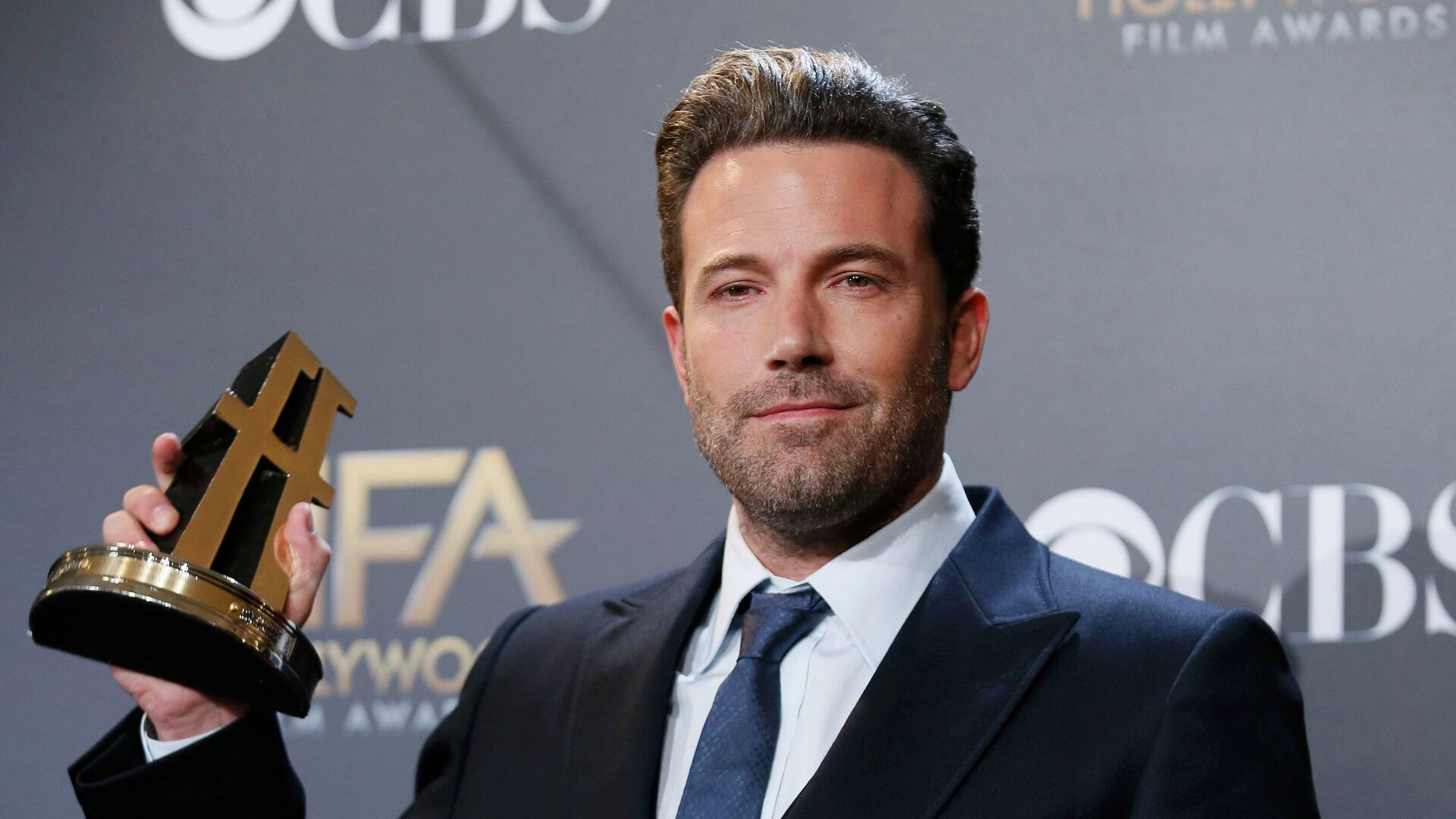 Actor Ben Affleck poses backstage with the Hollywood film award, which he accepted on behalf of the creators, for Gone Girl during the Hollywood Film Awards in Hollywood, California - Sputnik Mundo, 1920, 22.06.2021