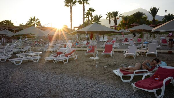 Turistas rusos en la playa de uno de los hoteles de Antalya, Turquía - Sputnik Mundo