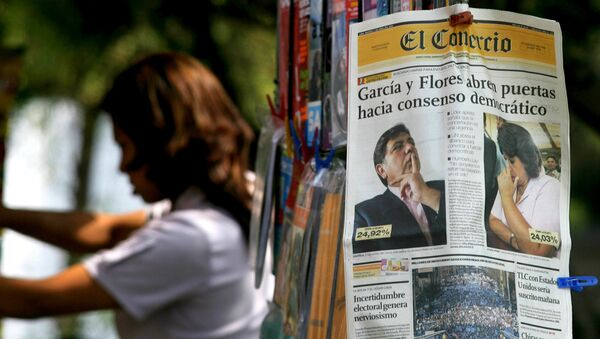 Un periódico peruano con las imagenes del expresidente Alan García y la excandidata presidencial Lourdes Flores (archivo) - Sputnik Mundo