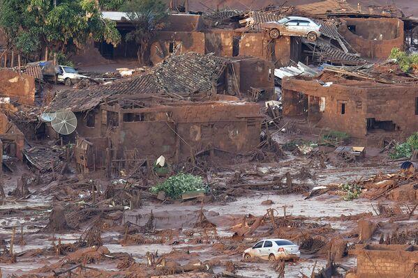 Consecuencias de la ruptura del dique con residuos en el estado Minas Gerais en Brasil - Sputnik Mundo
