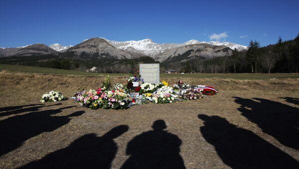 Estela en homenaje a las víctimas del siniestro en los Alpes - Sputnik Mundo