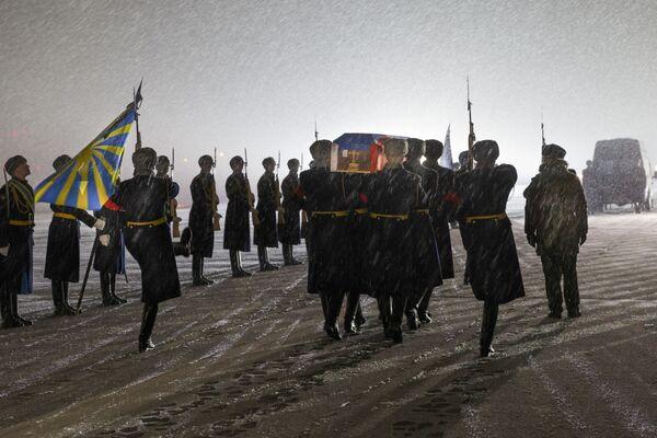 Почетный караул встречает гроб с телом подполковника Олегом Пешкова на Чкаловском военном аэродроме - Sputnik Mundo
