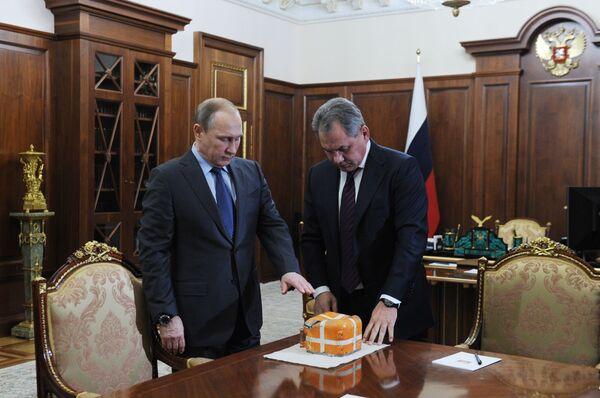 Президент России Владимир Путин и министр обороны Сергей Шойгу в Кремле - Sputnik Mundo
