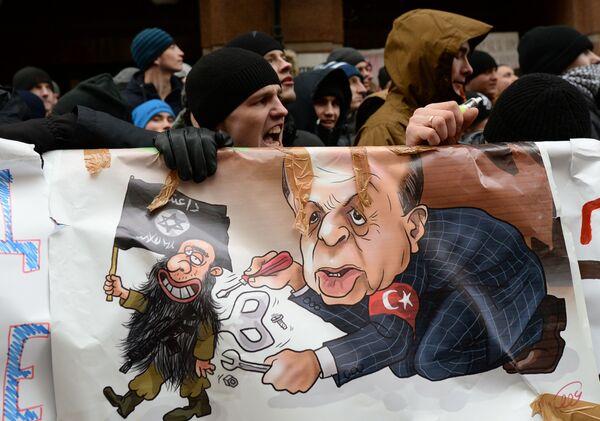 Участники акции протеста против действий турецких ВВС у здания посольства Турции в Москве - Sputnik Mundo