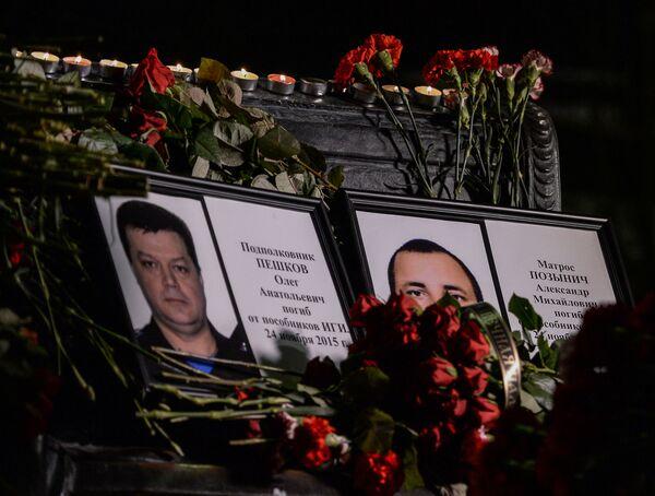 Портреты погибших в Сирии подполковника Олега Пешкова и матроса Александра Позынича в Москве - Sputnik Mundo