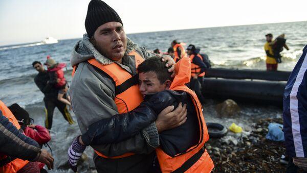 Migrantes desembracan de un barco en Mediterráneo (Archivo) - Sputnik Mundo