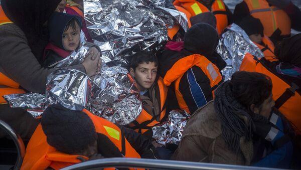 Refugiados llegan a la isla griega de Lesbos - Sputnik Mundo