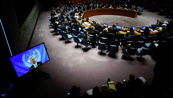 U.N. Ebola mission chief Anthony Banbury (on Screen) speaks to members of the United Nations Security Council - Sputnik Mundo