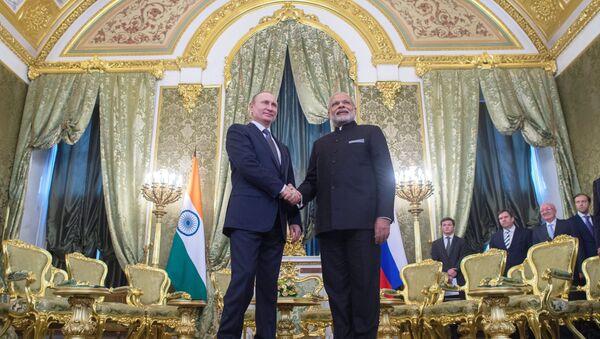 Presidente de Rusia, Vladímir Putin con su homólogo indio, Narendra Modi - Sputnik Mundo