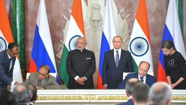 Titular del ministerio de Desarrollo del Lejano Oriente, Alexandr Galushka, y el director ejecutivo de Tata Power, Ashok Sethi firman un memorando de entendimiento en el ámbito de energía e inversiones en el Lejano Oriente - Sputnik Mundo