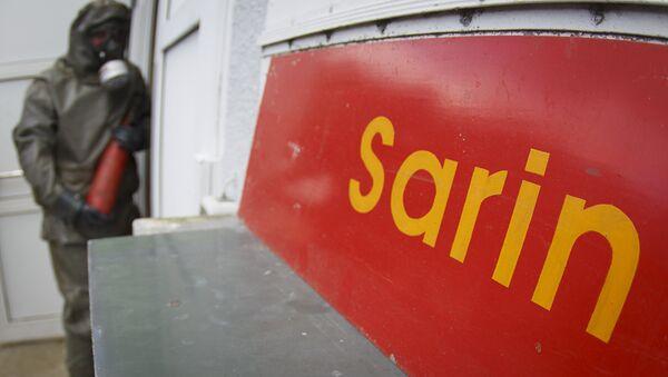 Un cartel con palabra sarín (arma química) - Sputnik Mundo