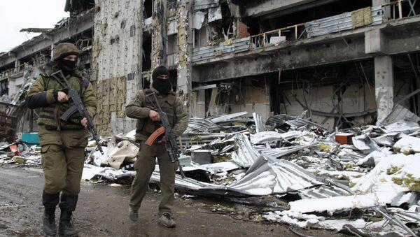 Milicianos en el aeropuerto de Donetsk - Sputnik Mundo
