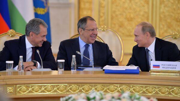Vladímir Putin (dcha.), ministro de Defensa, Serguéi Shoigú y ministro de Exteriores, Serguéi Lavrov - Sputnik Mundo