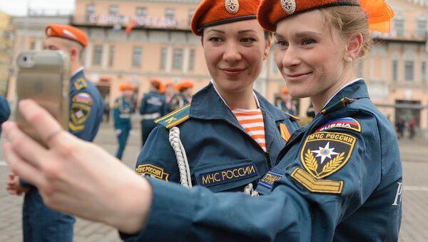 Hombres y mujeres socorristas rusos - Sputnik Mundo