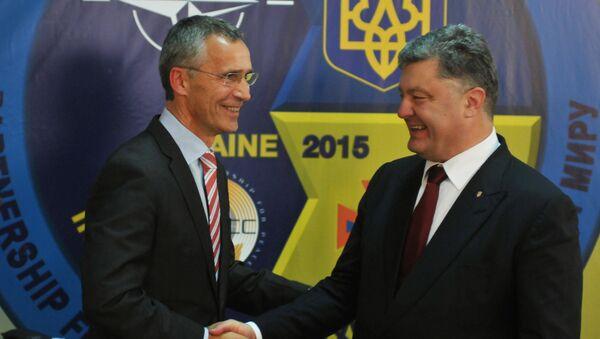 Secretario general de la OTAN, Jens Stoltenberg y presidente de Ucrania, Petró Poroshenko - Sputnik Mundo
